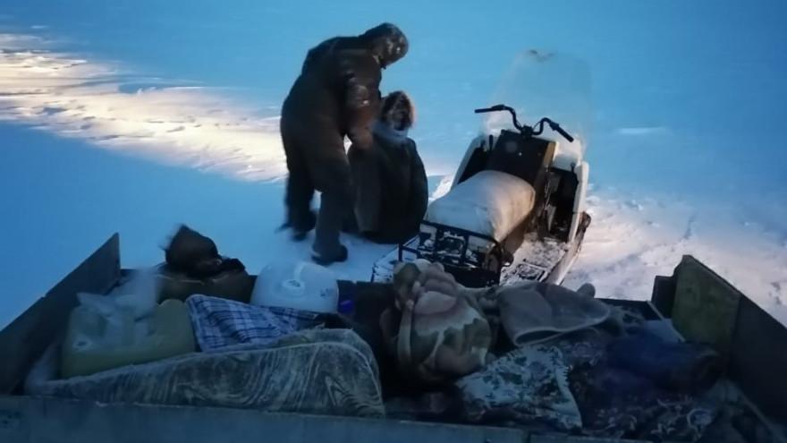 На Ямале спасатели искали кочевников, у которых сломался снегоход посреди заснеженной тундры