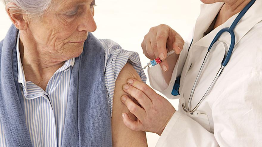 Особые пациенты: кому положена прививка от коронавируса на дому