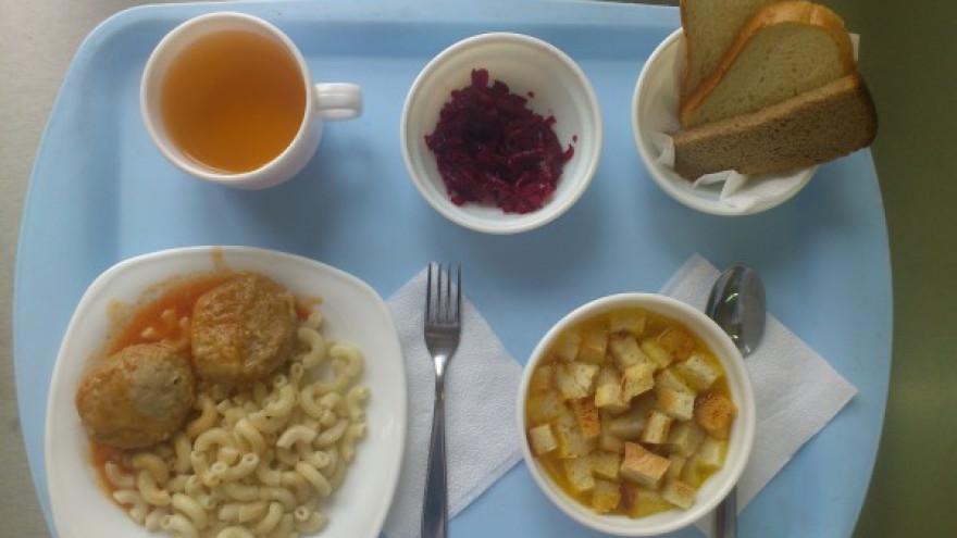 Школьников Надыма недокармливали, а в рацион включали салаты с кишечной палочкой и картошку с плесенью