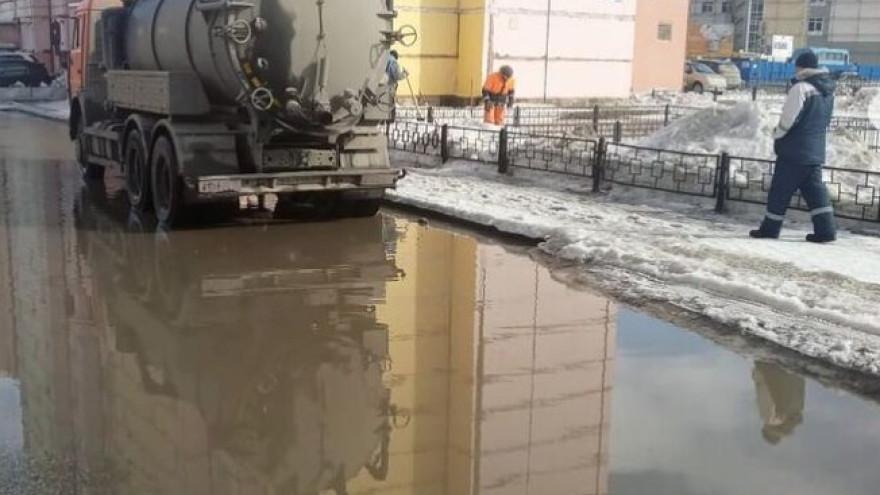Поплыли: в Новом Уренгое топит дворы и улицы ФОТО