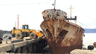 Расстаётся с грузом прошлого: на Колыме приступили к утилизации затонувших и брошенных судов