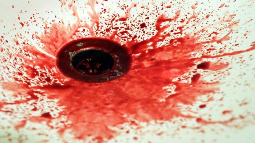 Вонзила нож в шею: в Салехарде семейная драма закончилась кровопролитием