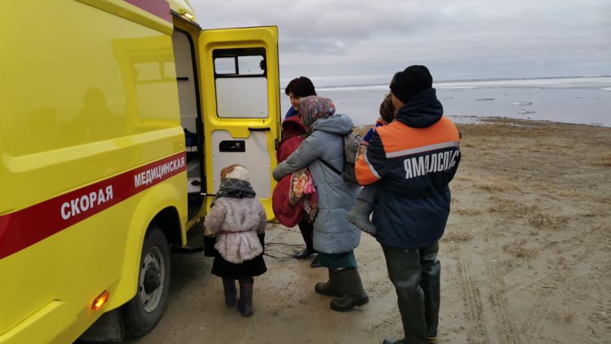 На Ямале спасатели помогли доставить в больницу заболевшего ребёнка