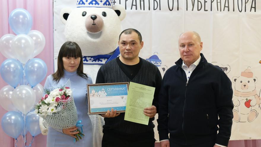 Глава Тазовского района вручил молодой многодетной семье жилищный сертификат
