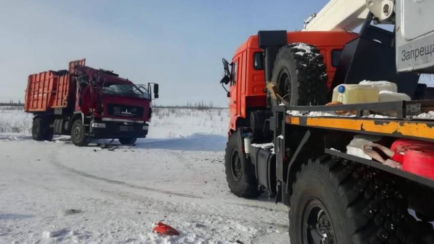 Кабина всмятку: в Новом Уренгое не смогли разъехаться мусоровоз и автокран