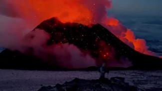 Огнедышащий исполин: бесстрашные туристы жарят сосиски прямо на лаве «живого» вулкана Камчатки