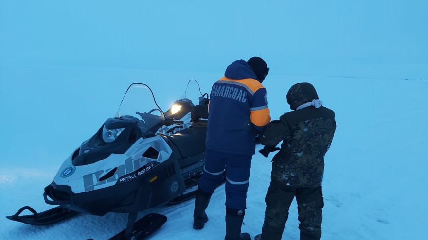 В Тазовском районе спасатели выручили из беды застрявшего в тундре ямальца