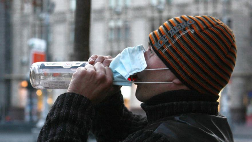 Роспотребнадзор: алкоголь не защитит от коронавируса