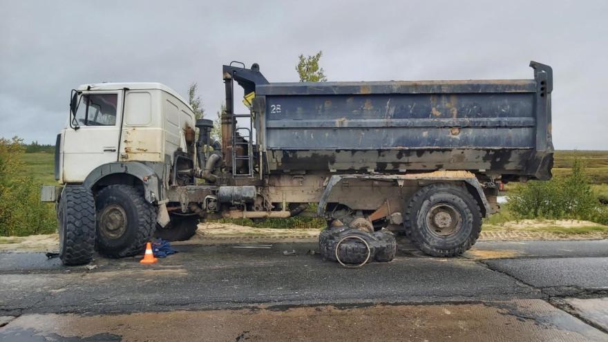 В ЯНАО грузовик сбил водителя, менявшего колесо на обочине