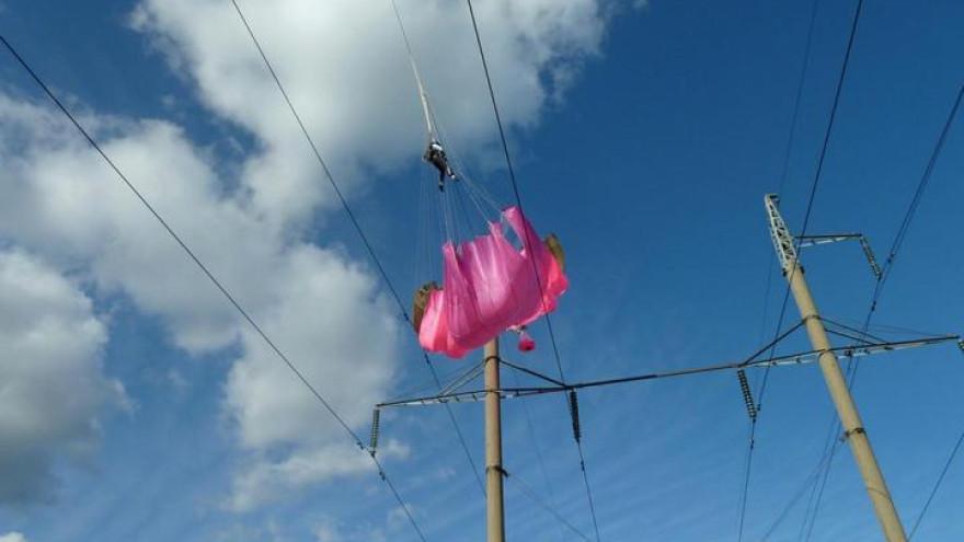 На Ямале 16-летний парашютист приземлился на высоковольтный провод