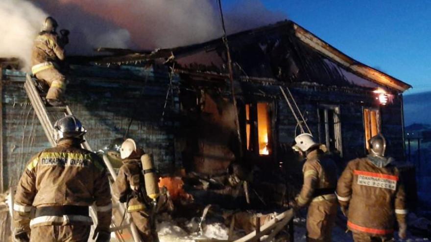 На Ямале 60 огнеборцев 4 часа тушили пожар в жилом доме: есть пострадавшие
