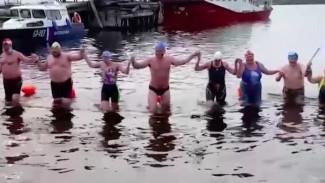Бок о бок с нерпами в холодной воде: на Диксоне прошел первый Арктический заплыв
