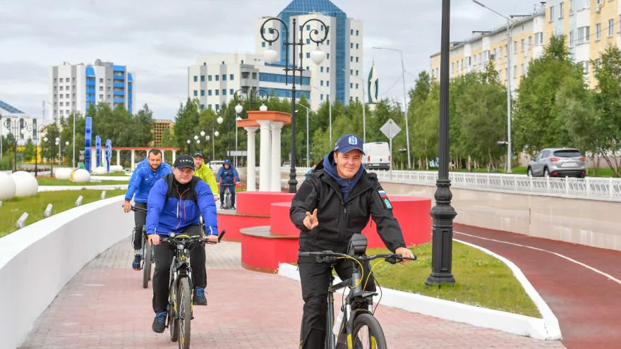 Второй день рабочей поездки Дмитрий Артюхов начал с велопробежки по Надыму