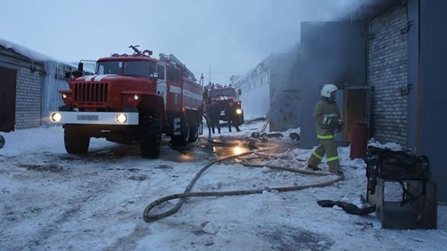 Гараж, снегоходы и машины: огнеборцы тушили сразу несколько пожаров в Приуральском районе