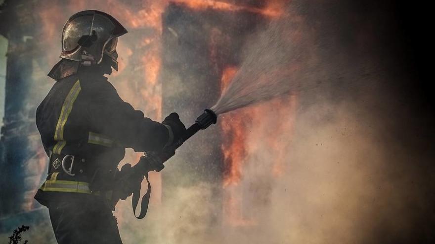 В Лабытнанги огонь уничтожил мотоцикл и три машины
