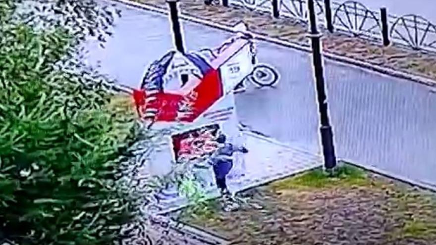 В ЯНАО маленький вандал «отпинал» уличный стенд
