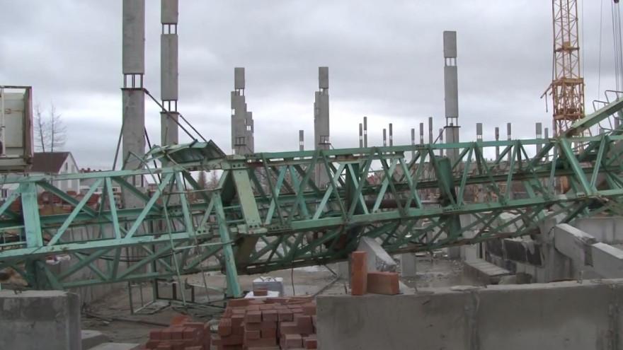 В Новом Уренгое следователи проверяют факт обрушения башенного крана