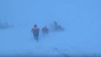 В Приуральской тундре спасатели экстренно эвакуировали женщину с 2 больными детьми