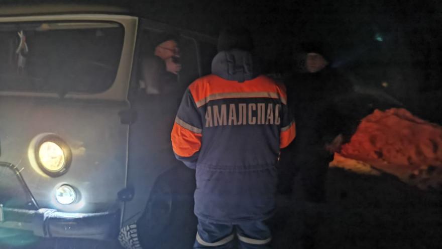 На трассе Салехард - Надым машина с четырьмя людьми оказалась в холодном плену