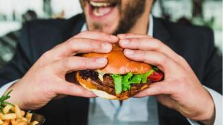 Гастроэнтеролог рассказал, почему голод делает привлекательной жирную и вредную пищу