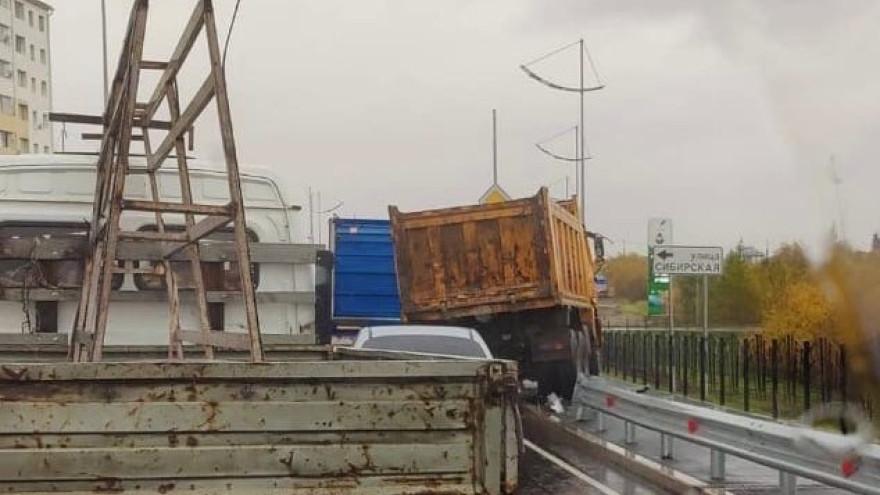 Грузовик снес ограждение на многоуровневой развязке в Новом Уренгое