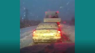 Трасса встала: на Ямале первый снег парализовал движение на автодороге
