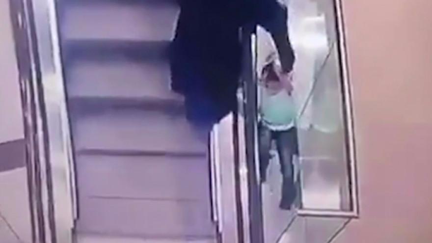 В Новом Уренгое пятилетняя девочка сорвалась с эскалатора и упала с высоты второго этажа