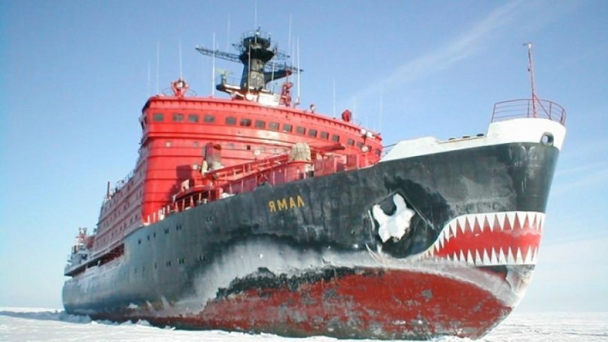 Атомоход «Ямал» ведёт грузовое судно из Китая в Сабетту
