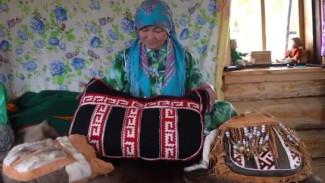 «Ключи от древних ремёсел»: восьмая серия цикла - о шитье национальной сумки с орнаментом