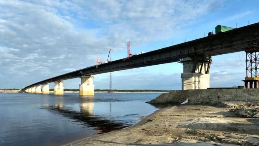 Строители моста через Пур соединили берега реки