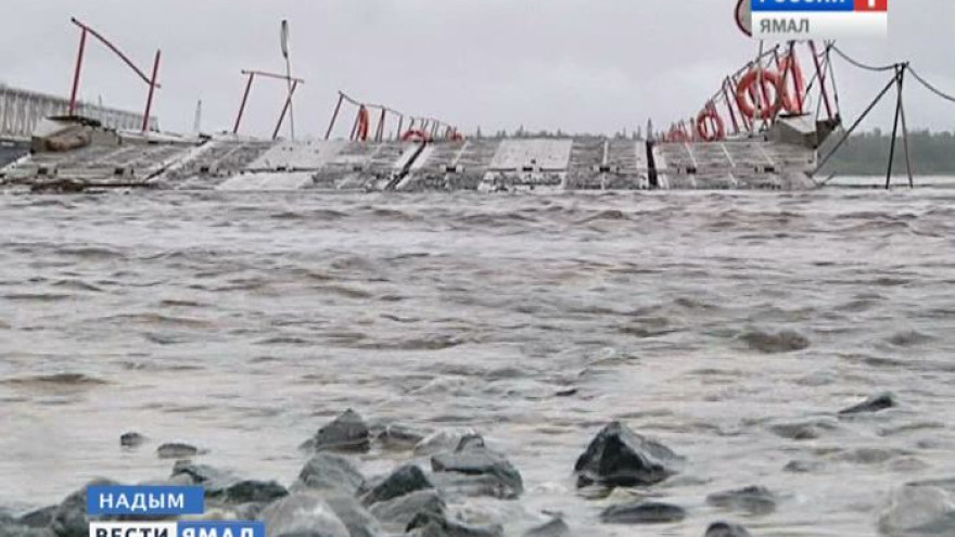 Вода немного ушла. Понтонно-мостовую переправу через реку Надым начинают восстанавливать