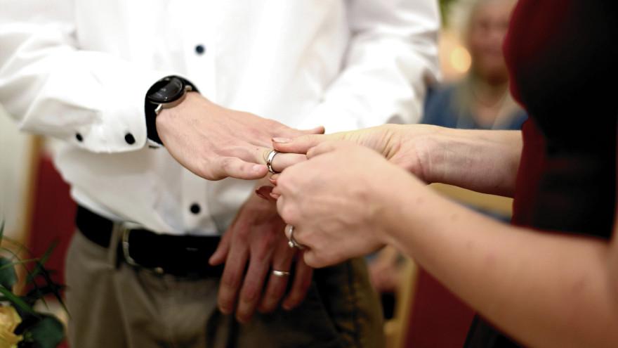 В России разрешили регистрировать браки на дому и в больницах