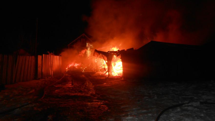 В Пуровском районе вспыхнул гараж с несколькими автомобилями