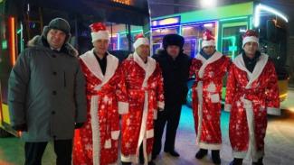 Деды Морозы колесят по Салехарду, сев за руль городских автобусов