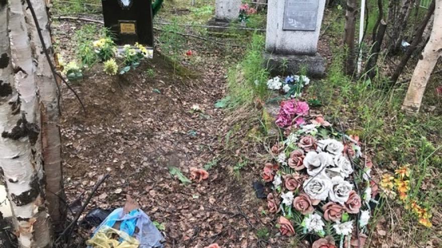 В Салехарде могилы именитых ямальцев превратились в мусорки