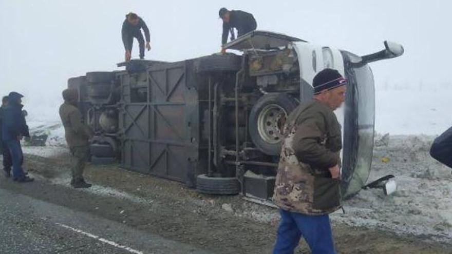 На трассе вблизи Ноябрьска перевернулся вахтовый автобус