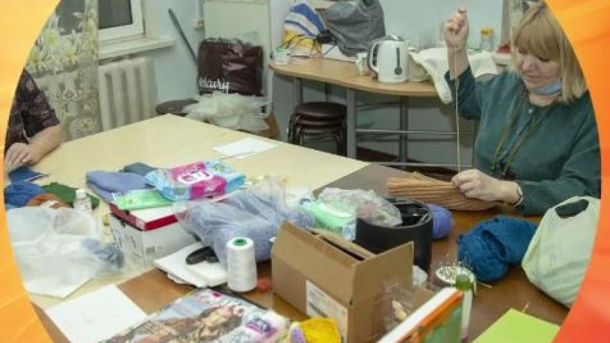 Салехардские бабушки связали варежки и носки добровольцам
