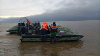 Застряли посреди реки: в Ямальском районе спасатели выручили трёх северян с ребёнком