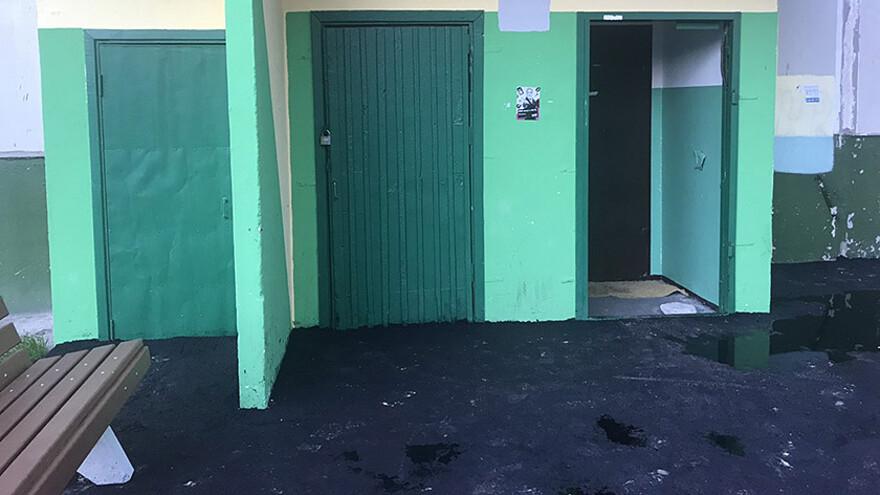 в ноябрьске заасфальтировали дверь подъезда жилого дома