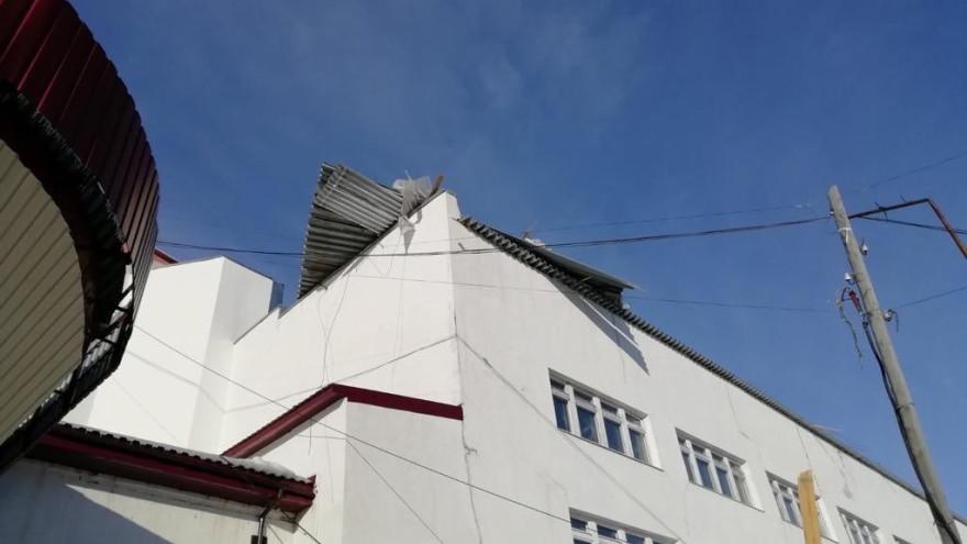 Разгулялась стихия: шквалистый ветер сорвал крышу здания в Лабытнанги