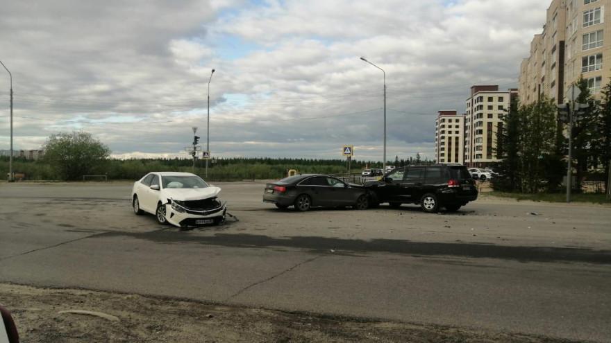 Столкнулись иномарки, грузовик врезался в ГАЗель. В ДТП в Новом Уренгое пострадали 3 человека