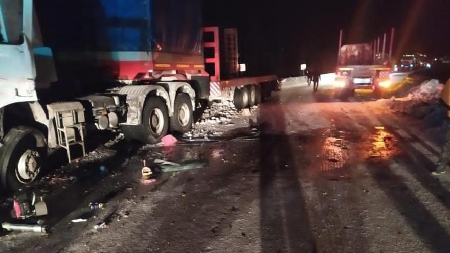 На Ямале произошло страшное столкновение двух большегрузов: погиб человек