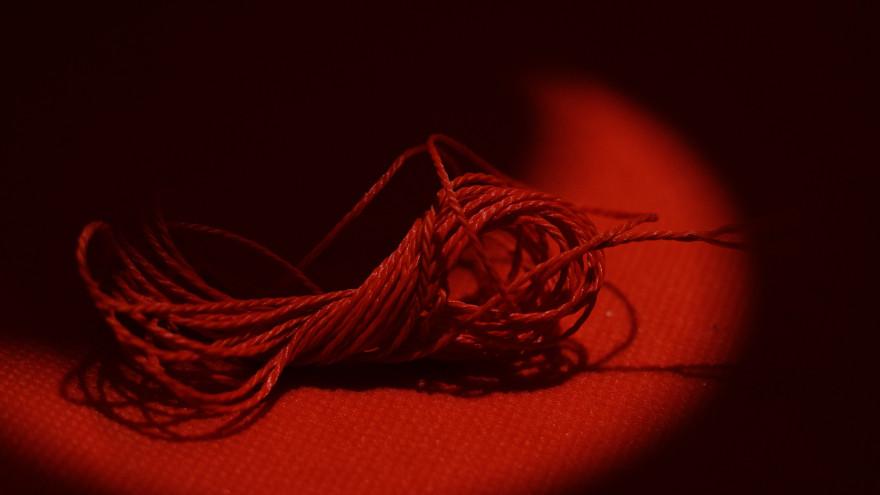 Красная нить на запястье: как правильно завязать 7 желаний, на какой руке носить
