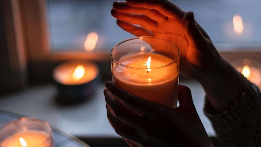 Что нельзя делать со свечами: 8 примет и суровых запретов