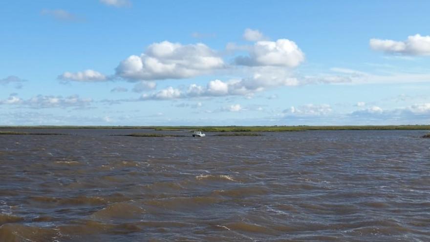 Застрял посреди реки: в ЯНАО спасатели искали мужчину