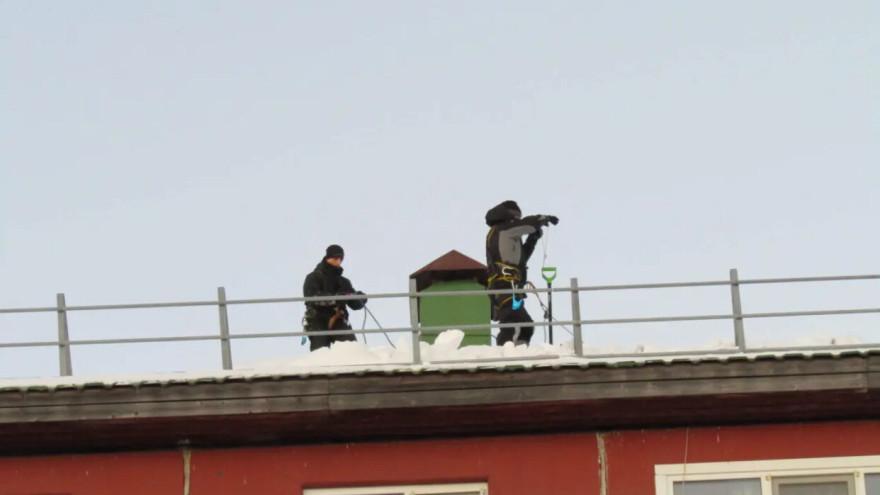 Салехардцев просят сообщать о плохой уборке снега и наледи управляющими компаниями