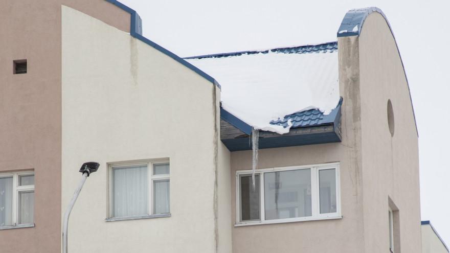 В Салехарде проверили качество уборки крыш многоквартирников от снега и наледи