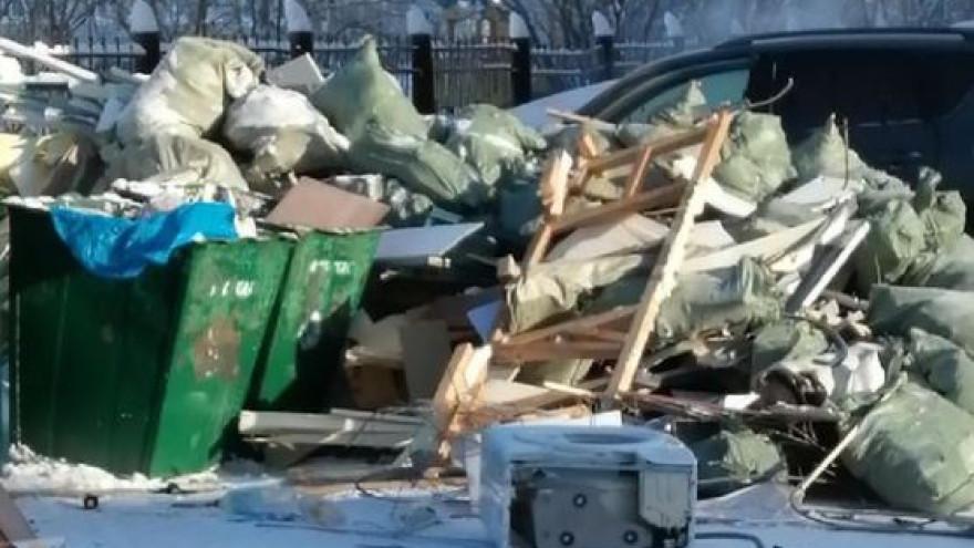 В Новом Уренгое контейнерные площадки ломятся от мусора: перевозчику грозит внушительный штраф