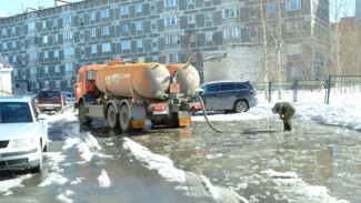 На улицах нескольких городов округа коммунальщики усиленно откачивают воду