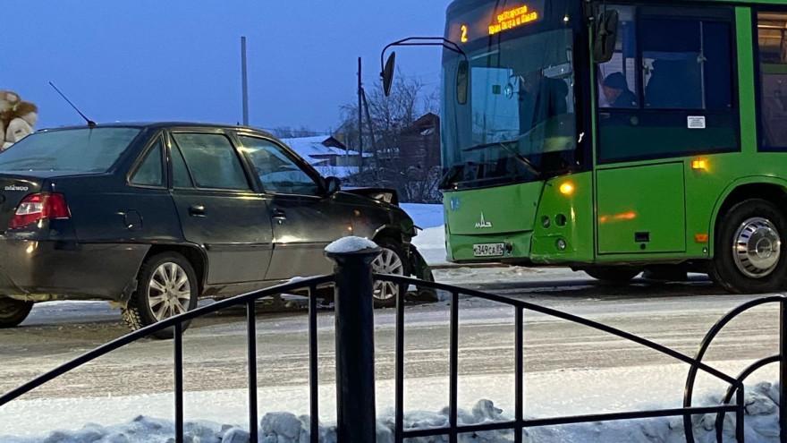 В Салехарде легковушка столкнулась с пассажирским автобусом